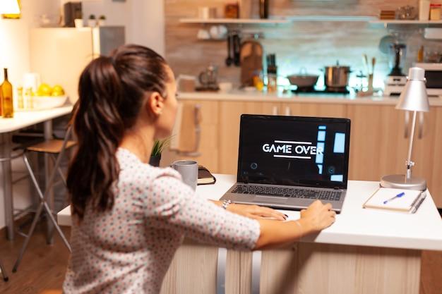 밤 시간 동안 노트북에서 비디오 게임을 하는 여자를 위한 게임 오버 그녀의 개인용 컴퓨터에서 온라인 videop 게임을 하는 전문 게이머. 괴짜 사이버 e-스포츠.