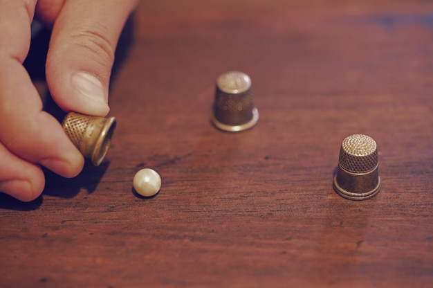 A game of thimbles