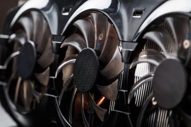Игровая видеокарта лезвия охладителя селективный фокус крупным планом. прогрессивная система охлаждения видеочипа, процессора и памяти. сведения о компьютере
