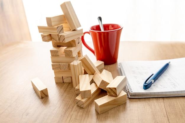 조각이 떨어지는 것을 볼 수있는 나무 블록 게임. 보드 게임 개념, 경쟁입니다.