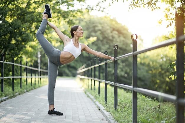 Gioco giovane femminile contenitore di allenamento estate