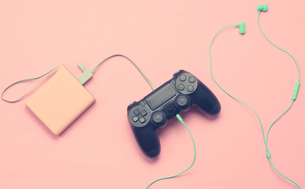 Зарядка геймпада от павербанка и наушники на розовом
