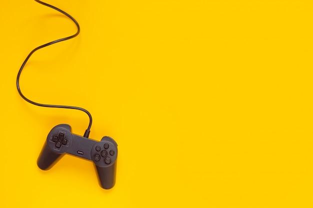 게임 콘솔에서 노란색으로 연결된 게임 패드 와이어