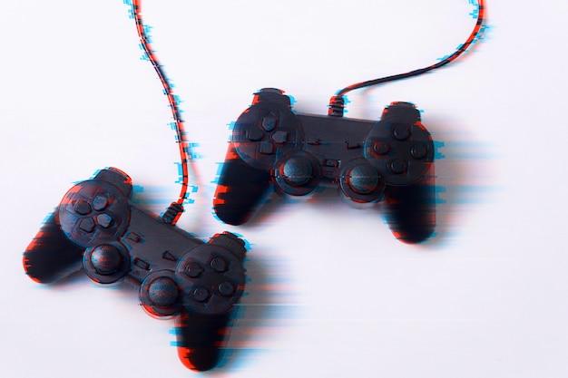 흰색 배경, 게임, 활동, 기술, 인터넷의 개념에 글리치 효과의 게임 패드