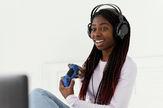 ビデオゲームをプレイするゲーマーの女の子