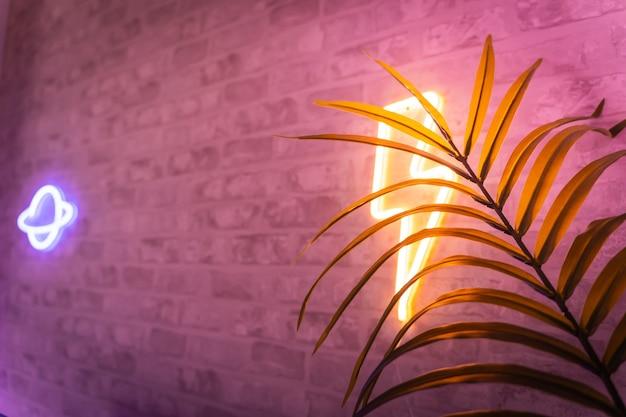 植物のネオンとカラフルなライトのゲーマールームの詳細熱帯のレトロな蒸気波の背景