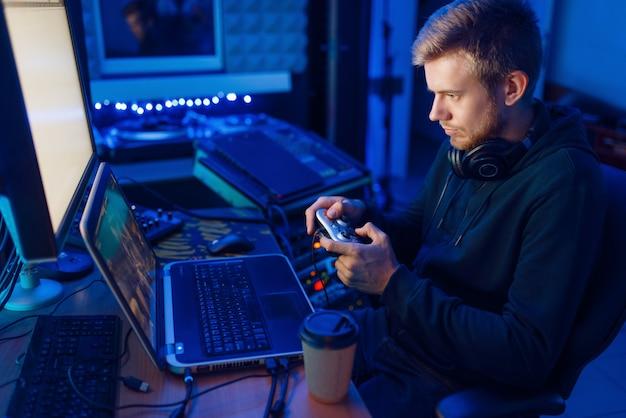 Геймер с джойстиком играет в видеоигру на консоли