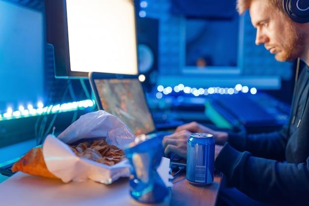 Геймер с джойстиком играет в видеоигру на пк