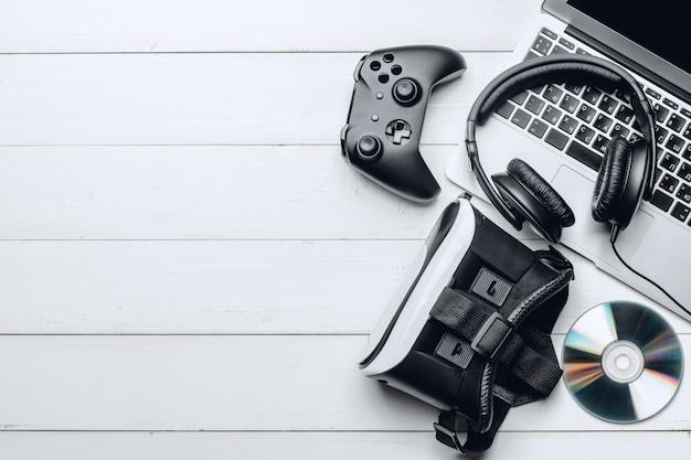 Концепция рабочей области gamer с деревянными фоне, вид сверху