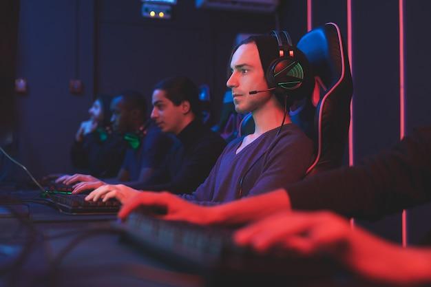 Геймеры в компьютерном клубе