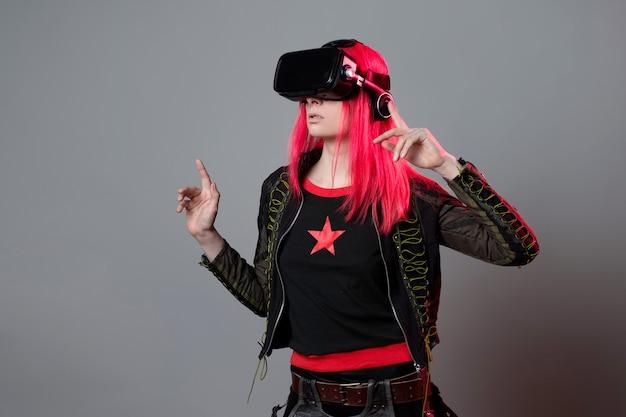 ゲームとバーチャルリアリティ若い赤毛の女性がvrヘルメットの肖像画を使用