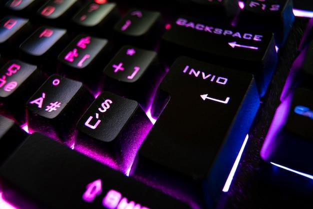 暗闇の中でのゲームのバックライト付きキーボードの詳細、マクロ撮影