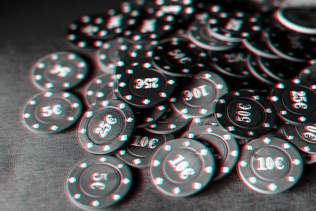 テーブルのクローズアップでのギャンブルカードゲームとポーカー用のゲームチップ。グリッチ効果のある白黒写真