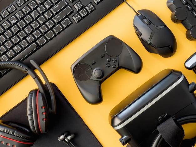黄色の背景にゲームデスク