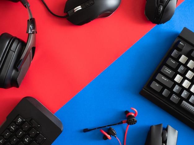 키보드, 마우스 및 헤드폰이있는 게임 데스크