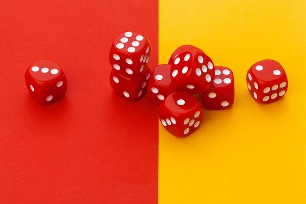 Игровые кубики на цветной бумаге