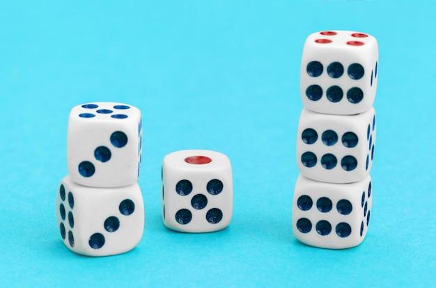 Игровые кубики на синем. концепция игры