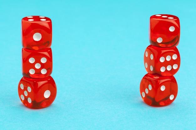 Игровые кубики на синем