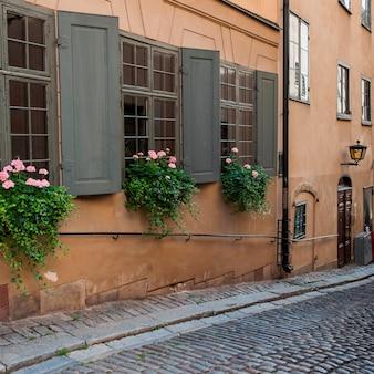 Оконные коробки на окнах здания, gamla stan, стокгольм, швеция