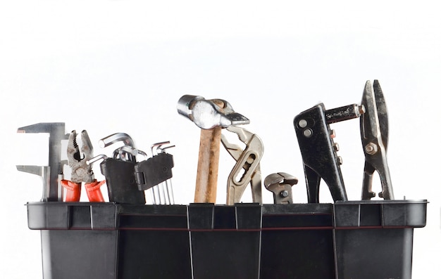 白で隔離されるツールとガレージプラスチックツールボックス。ハンマー、鉗子、ニッパー、レンチ、金属はさみ
