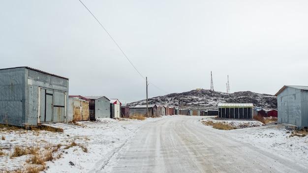 Гаражи в северной арктической деревне лодейное, кольский полуостров, россия. панорамный вид.