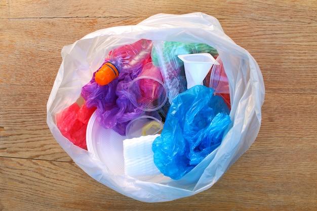 플라스틱 쓰레기가 든 쓰레기 봉투.