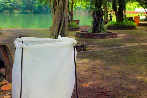 Мешки для мусора в парке.