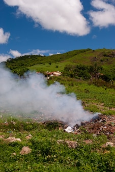 Riacho do bacamarteparaibaブラジルで燃やされているごみ