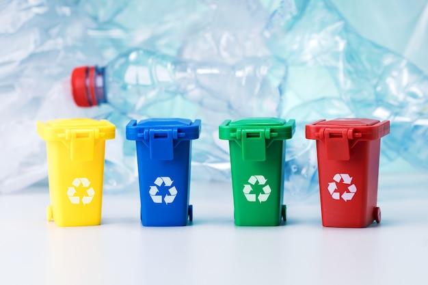 ポリエチレンのゴミ箱、lasticボトルの背景。リサイクルコンセプト
