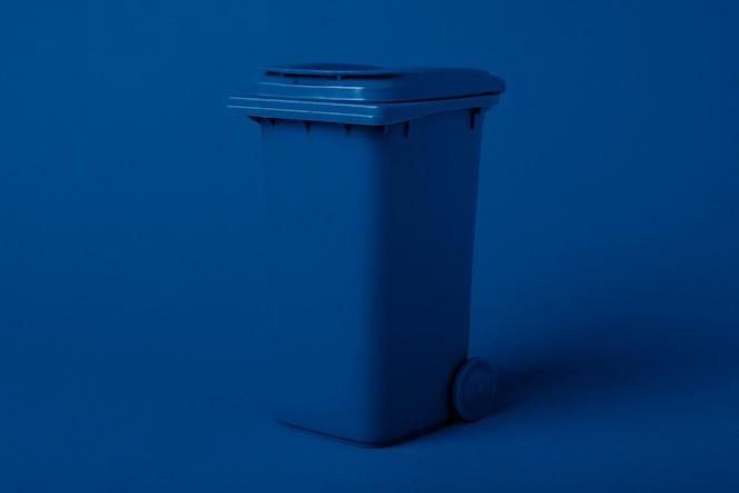 트렌디 한 블루 클래식 컬러로 물들인 쓰레기 컨테이너. 재활용 개념