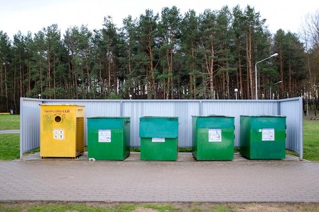 Контейнеры для мусора для сбора мусора в лесу. концепция уважения к природе. фото высокого качества
