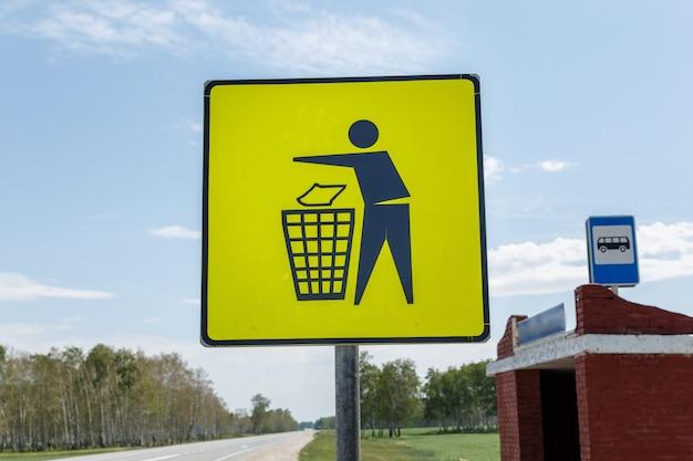 Вывоз мусора. знак желтого мусорного бака на автобусной остановке. знак значок корзины на желтой этикетке, дорожные знаки