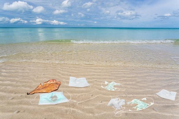 ビーチで使用された医療用マスクからのゴミ。