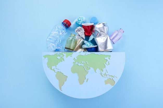 地球上のゴミ。エコロジーとワールドクリーンアップのコンセプト。地球惑星。