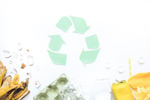 Layout di immondizia con logo di riciclo
