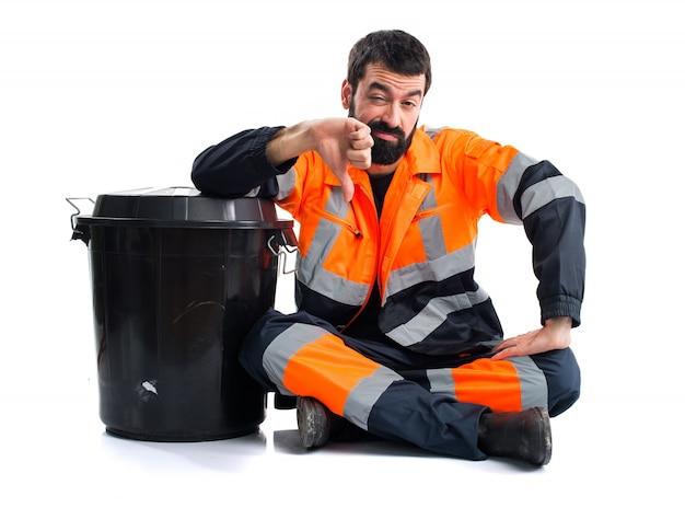 Uomo di garbage che fa il segnale difettoso