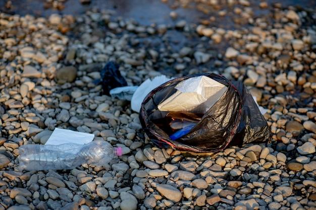 Мусор у реки. берег загрязнения окружающей среды.