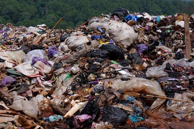 Куча мусора на свалке или свалке. концепция загрязнения.