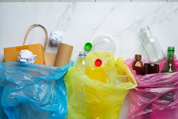 Мусор рассортирован в мешки для мусора по типу.