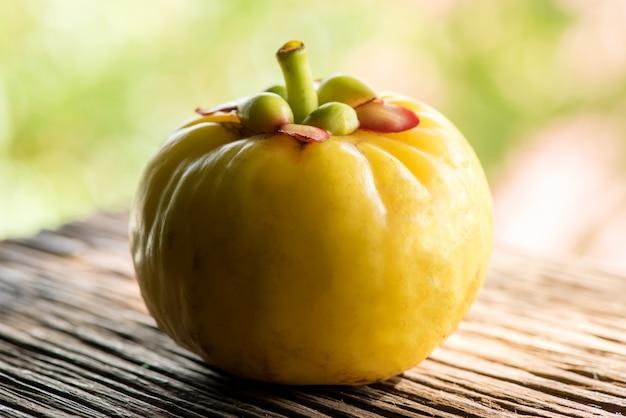 Гарциния и гарциния атровиридис плодоносят в природе.
