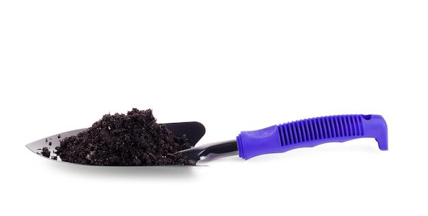 Садовая синяя лопата с почвой на белом фоне