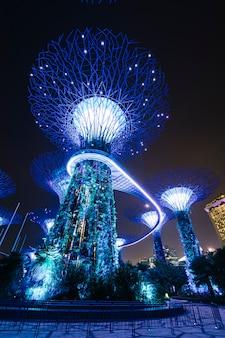 싱가포르에서 밤에 베이 정원