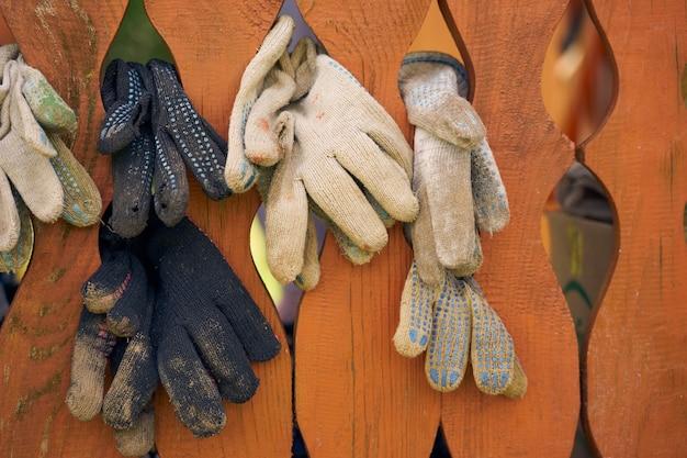 정원용 장갑은 나무 벽에서 건조됩니다.