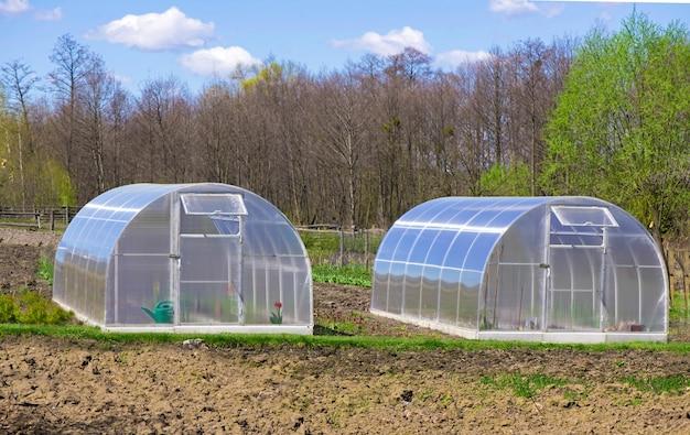 차가운 프레임과 냄비가있는 정원 온실.