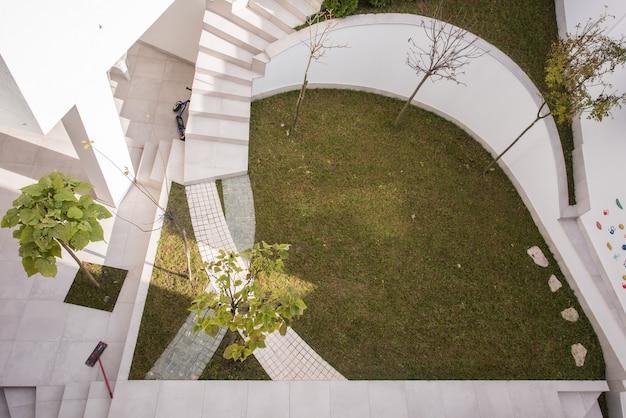 モダンな家の前の庭