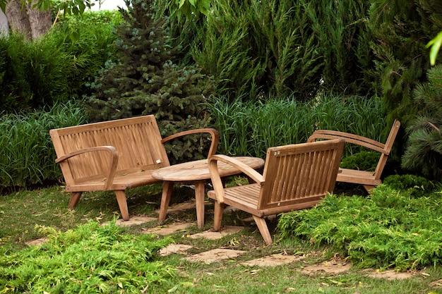 장식 갈색 나무 의자와 테이블이있는 정원 풍경
