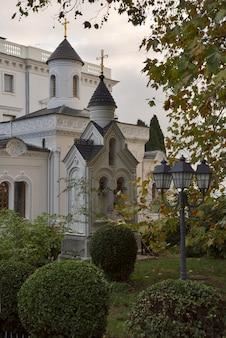 Сад ливадийского дворца русских императоров утром православная часовня с крестами