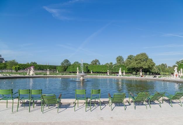 パリのルーブル美術館の外にあるチュイルリー庭園。
