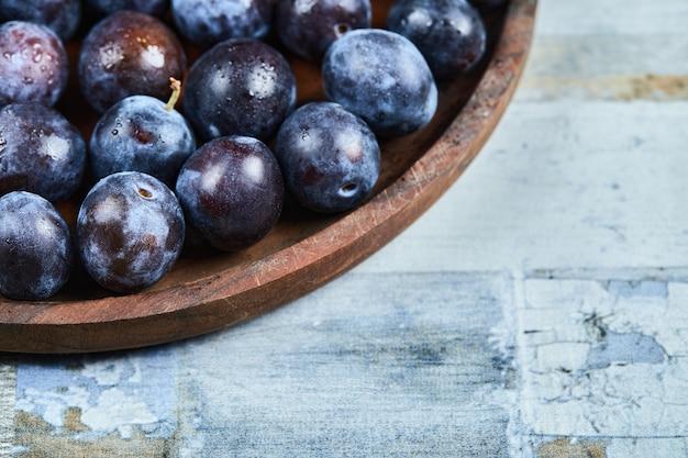 파란색 배경에 접시에 정원 매. 고품질 사진