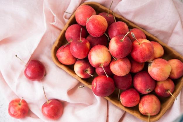 정원, 잘 익은 자연, 에코 그릇에 있는 미니 사과, 위쪽